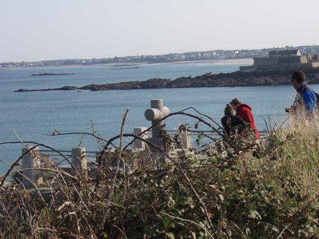 le tombeau de Chateaubriand et les nombreux pélerins