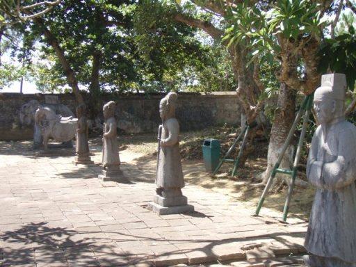 Hué mausolée Minhmang : cour des salutations