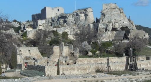 Le château des Baux, au 1er plan engins de guerre