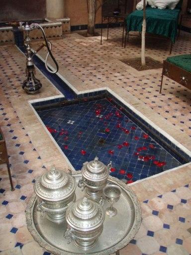 Riad, bassin, pétale de rose et argenterie