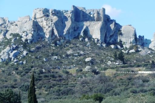 le château des Baux se détache sur la falaise