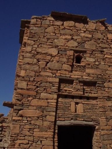 maison ancienne motif berbère autour de la fenêtre