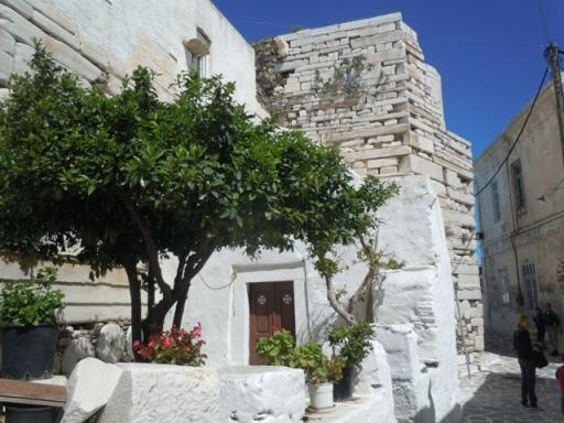 Kastro et maisons actuelles reposent sur les ruines antiques