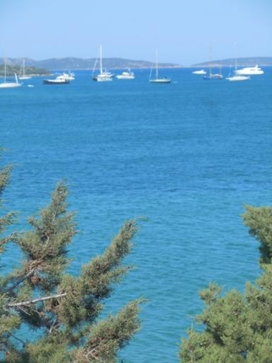 Porto Mannu, yachts et au fond les îles de la Madeleine