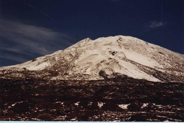 Les narines du Teide : les petits cônes encore plus blancs sur l'arêtte