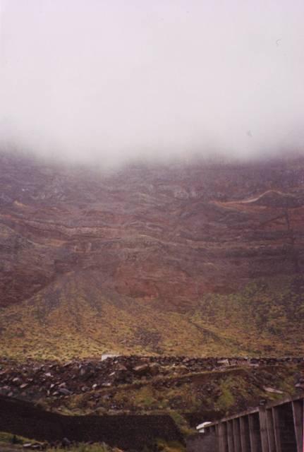 la falaise des lézards géants ddans la brume
