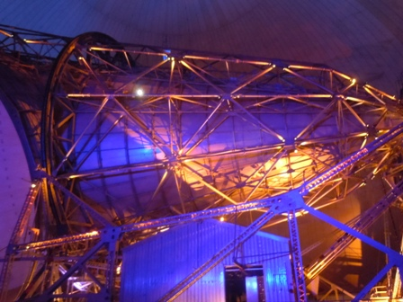 l'antenne éclairée pendant le spectacle