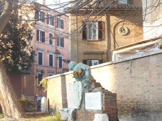 Piazza Trilussa : on a fleuri le poète