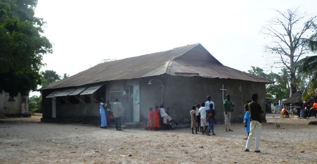 la place de l'église de Carabane