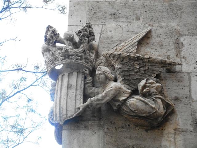 les armes de Valence portées par des anges