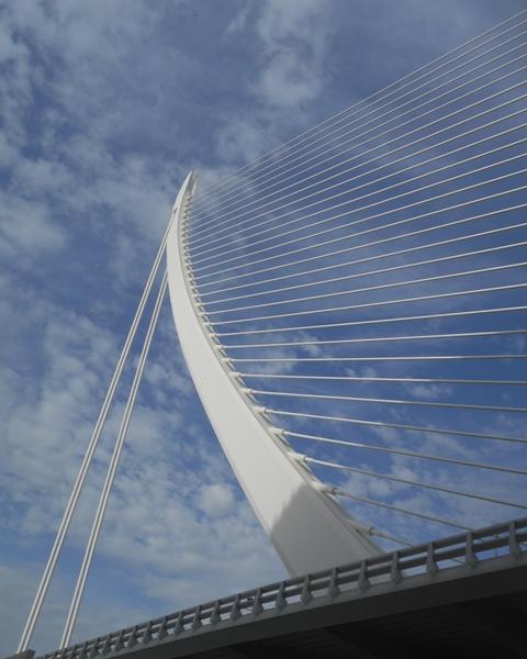 Ce n'est pas une lyre géante mais un pont suspendu!