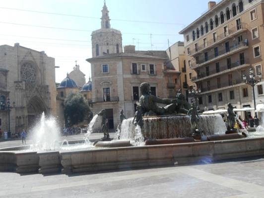 Plaza de la Virgen : sr le bassin le fleuve Turia
